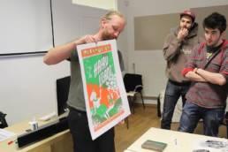 Batchou montrant des affiches sérigraphiées des Rhubarbus